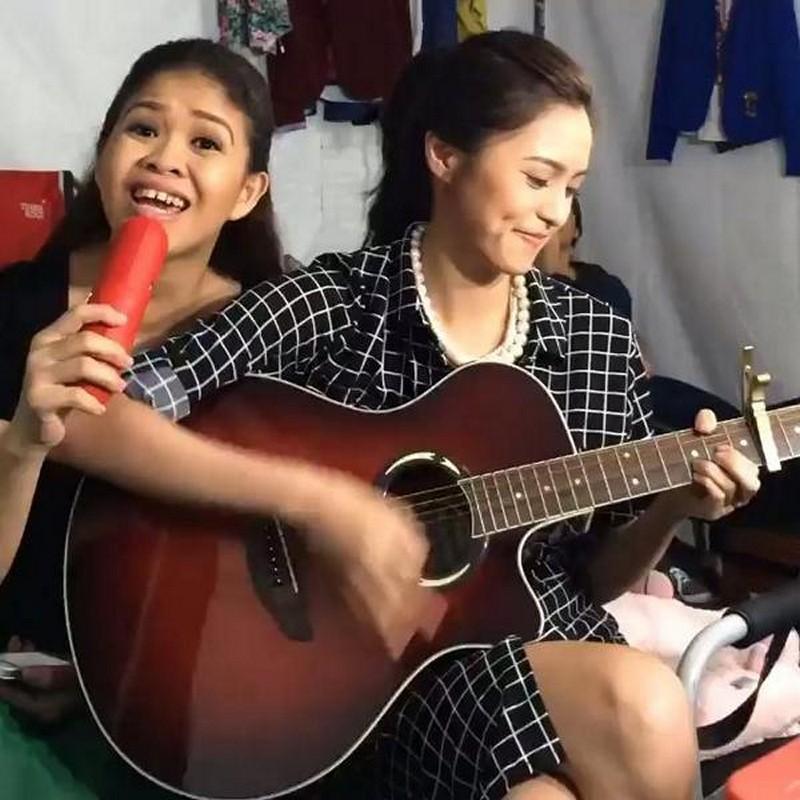 """Mga litrato ng magkaibigang Melai at Kim na magpapakitang """"Big Winner"""" sila sa isa't isa"""